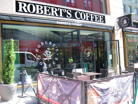 ↑陽に当たるテラスが心地よいロバーツコーヒーKluuvi店