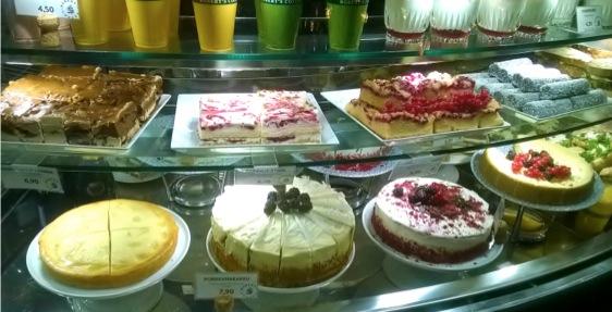 ↑北欧ベリーをふんだんにつかった鮮やかなケーキの数々