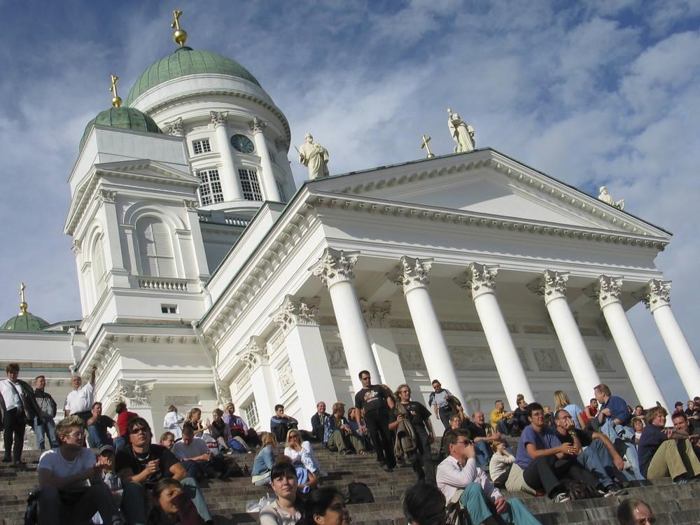 祝日やイベントがある日には、市民が集い埋め尽くされる階段。観光客もアイスクリームを食べながら日向ぼっこすれば、住んでいる気分が味わえる(画像提供:ヘルシンキ市)