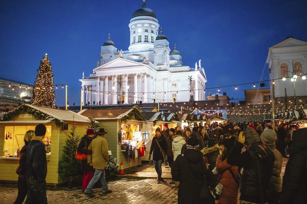 人々でにぎわうクリスマスマーケット。サンタクロースも露店を冷やかしながらぶらぶらしている(画像提供:City of Helsinki Media Bank)