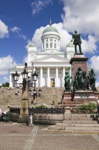 御影石が敷き詰められたフィンランド最大の市民広場、元老院広場(画像提供:City of Helsinki Media Bank)