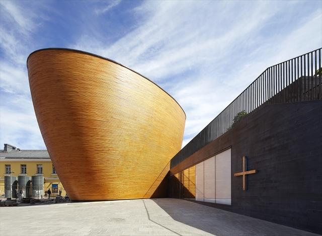 ヘルシンキの街の真ん中から空にそびえたつ「ノアの方舟」という風貌のカンッピ礼拝堂 (画像提供:K2S Architects Ltd)