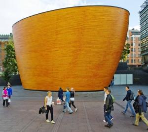 造られたばかりの頃には、いぶかしげに見上げながら歩く人が多かったが、今ではすっかりこの広場のなじみの場所に(画像提供:City of Helsinki Media Bank)