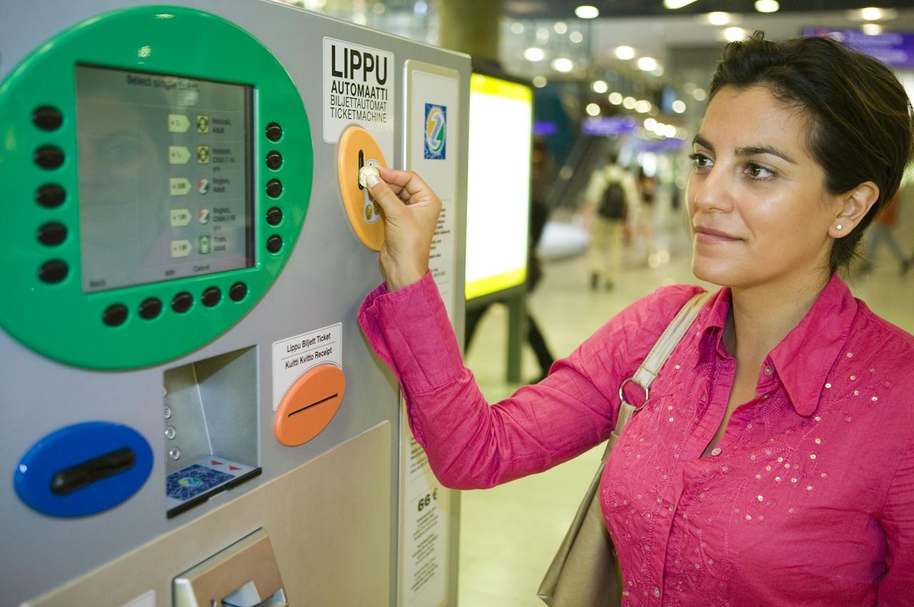 カンピショッピングセンター内の自動券売機。英語での案内も表示され、使い方も簡単