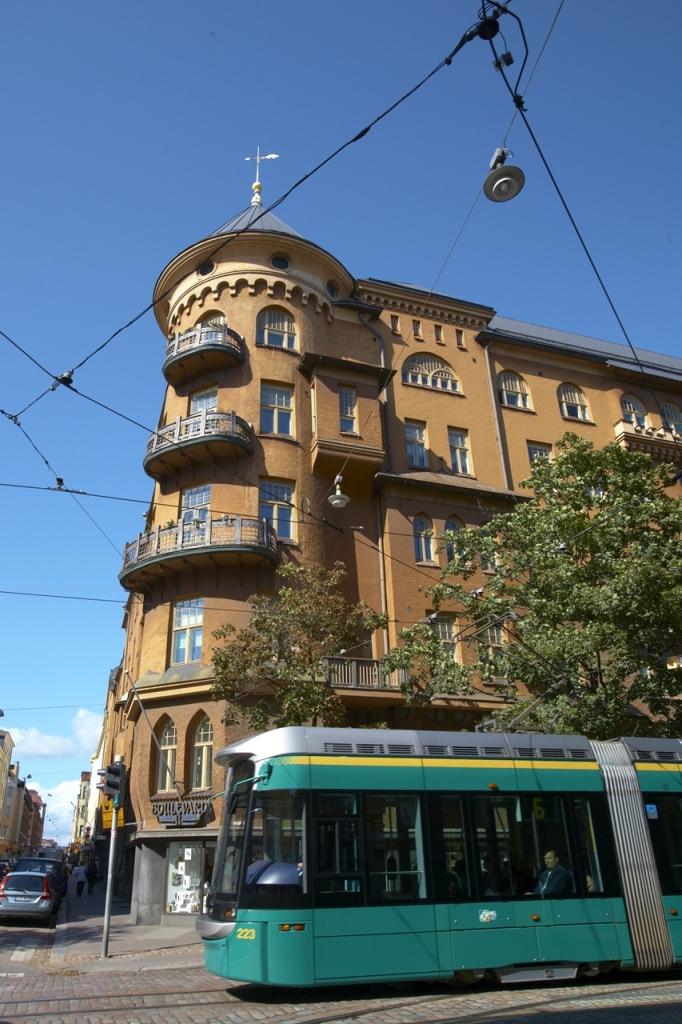 おしゃれなデザイン・ディストリクト(地区)を走り抜けるトラム。自在に乗りこなせば、ちょっと住んでいる気分?(画像提供:Visit Helsinki)
