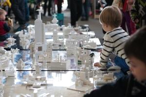 好評につき毎年恒例になった、子ども向けのワークショップ。レーゴブロックでヘルシンキの街をデザインします(@Aino Huovio HDW)